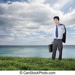 sur, sien, océan, veste, élégant, tenue, épaule, homme affaires, serviette, devant