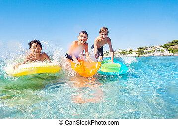 surfando, amigos, três, ondas, praia, feliz
