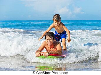 surfando, estilo vida, onda, pai, despreocupado, junto, filho, tandem, pegando, divertimento, sorrindo, oceânicos, feliz