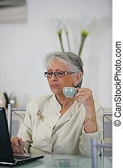 surfando, mulher, idoso, internet