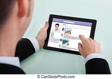surfen, networking, tablette, digital, standort, sozial, geschäftsmann