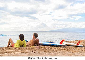 surfer, délassant, couple, hawaï, surfers, plage