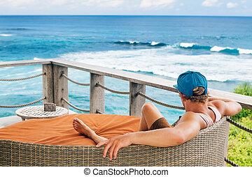 surfer, entspannend, in, aufenthaltsraum, auf, dach, veranda, mit, see ansicht