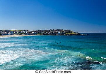 Bondi Beach - Surfer in Bondi Beach warten auf die richtige...