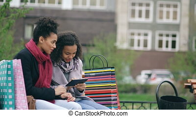 surfing., ventes, informatique, avoir, sacs, tablette, visiter, deux, banc, séduisant, internet, heureux, achats, séance, après, mélangé, utilisation, amis, femmes, centre commercial, course, amusement
