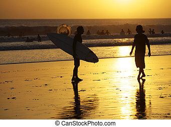 surfistas, ligado, um, litoral