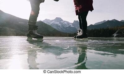 surgelé, couple, lac, patinage, ensemble