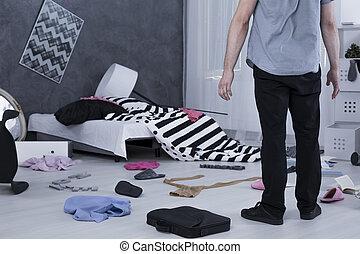 surpreendido, homem, em, quarto messy