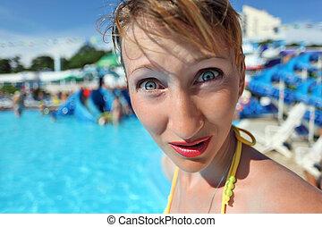 surpreendido, mulher jovem, ficar, em, piscina, de, um,...
