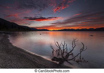 surprenant, coucher soleil rouge, sur, a, montagne, lake.