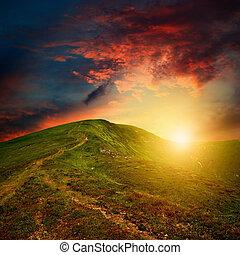surprenant, montagne, coucher soleil, à, rouges, nuages