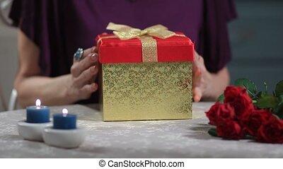 surpris, femme aînée, mari, cadeau