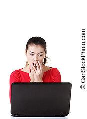 surpris, femme, laptop., fonctionnement, dégoûté