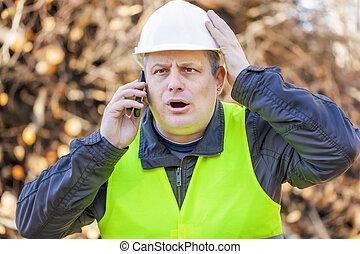 surpris, ouvrier, à, téléphone portable