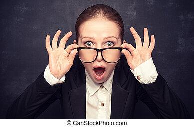 surpris, rigolote, prof, dans, lunettes, cris