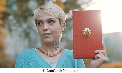 surpris, tenue femme, dehors, jeune, figure, expression, cadeau