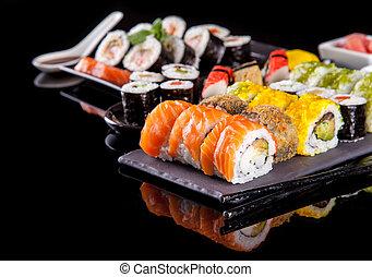 sushi, fondo negro, delicioso, pedazos