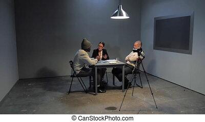 suspect, pendant, interrogation, avocat, defends