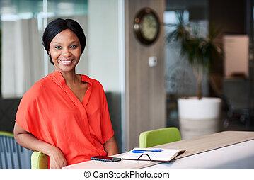 svart, entreprenör, le, hos, den, kamera, medan, sittande,...