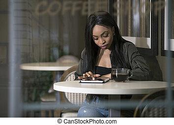 svart kvinna, coffeeshop, kompress, användande