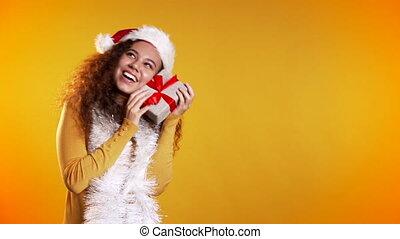 sweater., sourire, surpris, bouclé, espace, cadeau, studio, copie, jaune, tenue, coiffure, arrière-plan., noël, femme, course, mélangé, boîte, girl, mood.