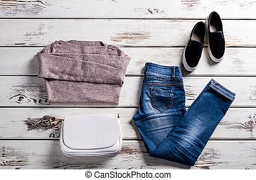 sweatshirt, calças brim, shoes.