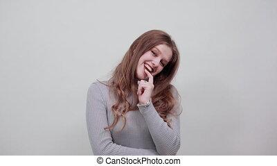 sweter, piękny, młody, szary, kobieta, dobry, myśli, szczęśliwy, czerwony haired, tryb