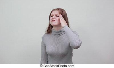 sweter, piękny, młody, szary, migrena, kobieta, ból głowy, miedzianowłosy, widać