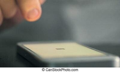 swiped, téléphone, mobile, poussé, doigt, table