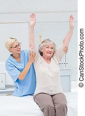 sygeplejerske, bistå, kvindelig, patient, ind, exercising