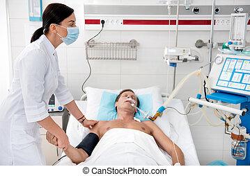 sygeplejerske, checking, tilstand, i, syg, midte ældtes, mand, efter, kirurgi