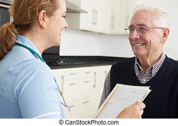 sygeplejerske, diskuter, medicinsk registrer, hos, senior mandlig, patient