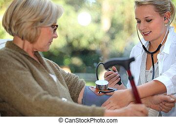 sygeplejerske, er, checking, gamle, kvinde, blod tryk