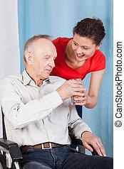 sygeplejerske, give, mand disabled, glas vand