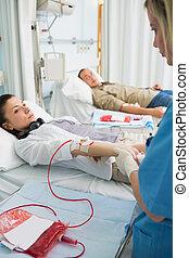 sygeplejerske, holde armen, i, en, patient