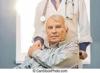 sygeplejerske, kvinde, hos, senior mand, ind, wheelchair
