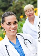sygeplejerske, og, senior, patient, udendørs