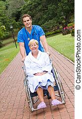 sygeplejerske, skubbe, patient, på, wheelchair