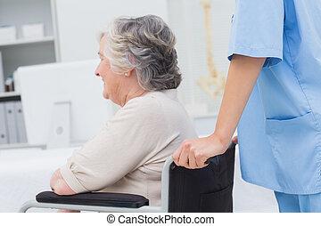 sygeplejerske, skubbe, senior, patient
