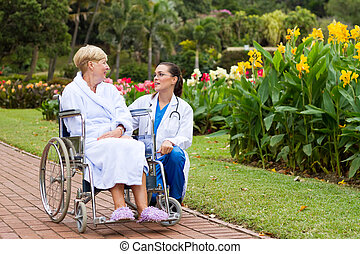 sygeplejerske, tales, patient, udendørs