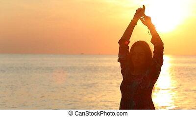sylwetka, nad, przeciw, przedstawianie, morze, dziewczyna, wschód słońca