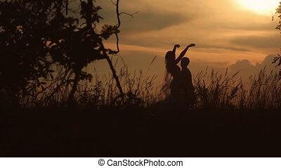 sylwetka, od, młody, mariaż, taniec, w, przedimek określony przed rzeczownikami, pole, na, przedimek określony przed rzeczownikami, tło, od, niejaki, zachód słońca