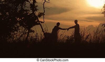 sylwetka, od, piękny, mariaż, taniec, w, przedimek określony przed rzeczownikami, pole, na, przedimek określony przed rzeczownikami, tło, od, niejaki, zachód słońca