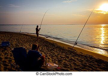 sylwetka, przyjaciele, dwa, rano, wędkarski, plaża, wschód słońca