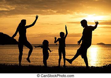 sylwetka, rodzina, sunse, plaża, interpretacja, szczęśliwy