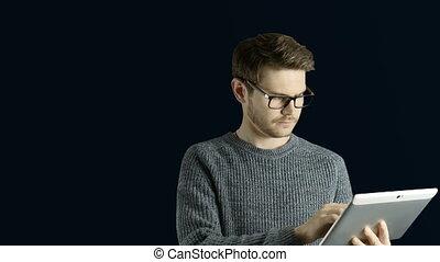 symbolique, lui, forme, toucher, tablette, créatif, animation, hipster, numérique, noir, obtient, intelligent, autour de, sauts, lampes, fond, dessin animé, homme, coloré, haut, idée, penser