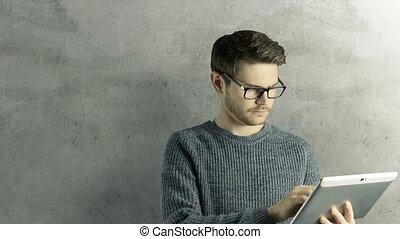symbolique, lui, forme, toucher, tablette, créatif, animation, hipster, numérique, obtient, intelligent, autour de, sauts, lampes, fond, dessin animé, homme, ipad, naturel, coloré, haut, idée, penser
