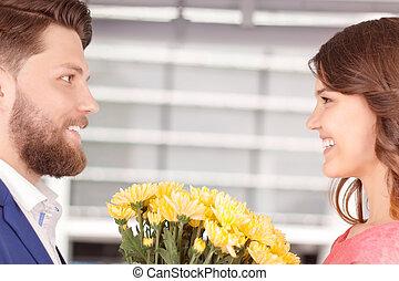 sympatia, kwiaty, jego, przedstawiając, człowiek