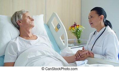 sympatyczny, troszcząc, doktor, mówiąc, z, niejaki, chory, sędziwy, człowiek