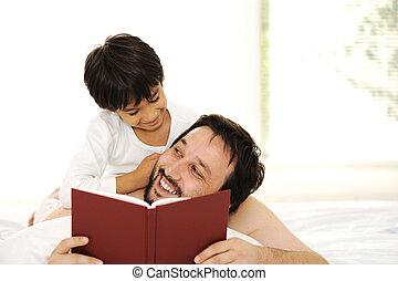 syn, ojciec, razem, łóżko, książka, czytanie